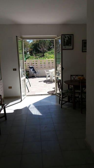 soggiorno con accesso giardino