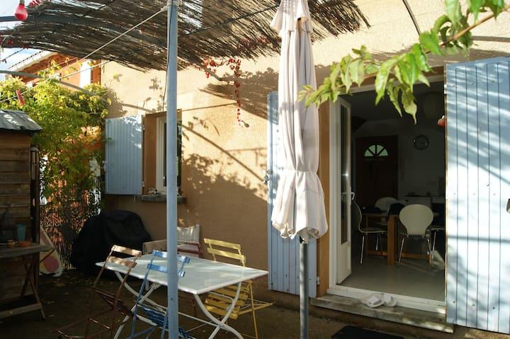 Maison+terrasse, proche village pour 2 à 4 pers