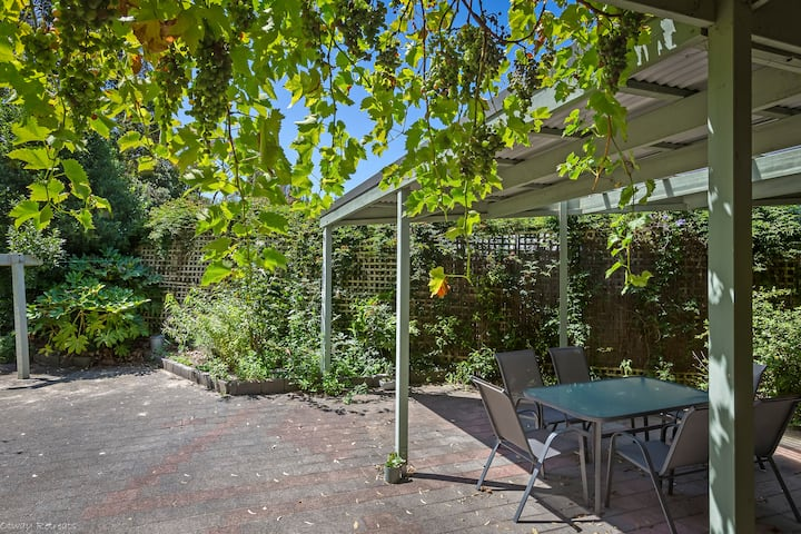 GUMS & ROSES - Family home in the heart of town.