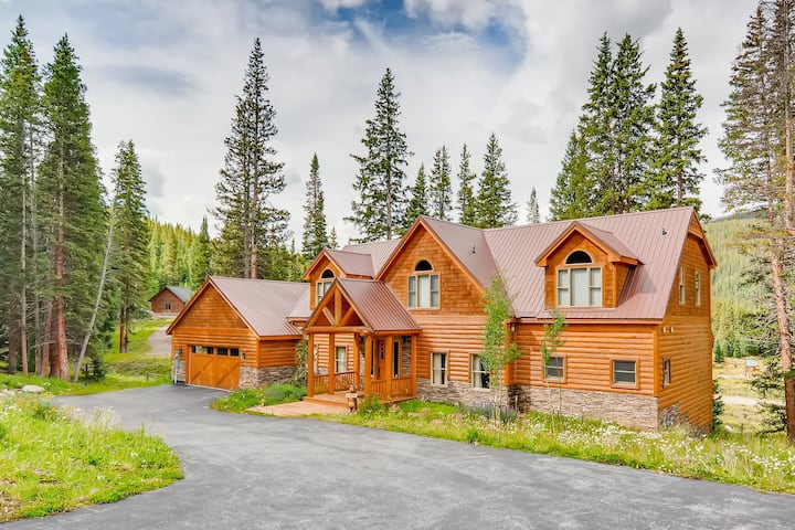 Mountain-View Home with Hot Tub & Chef's Kitchen