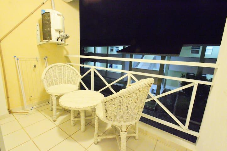Terraza con 2 sillas y mesa.