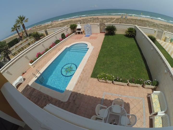 Chalet con piscina privada frente al mar.