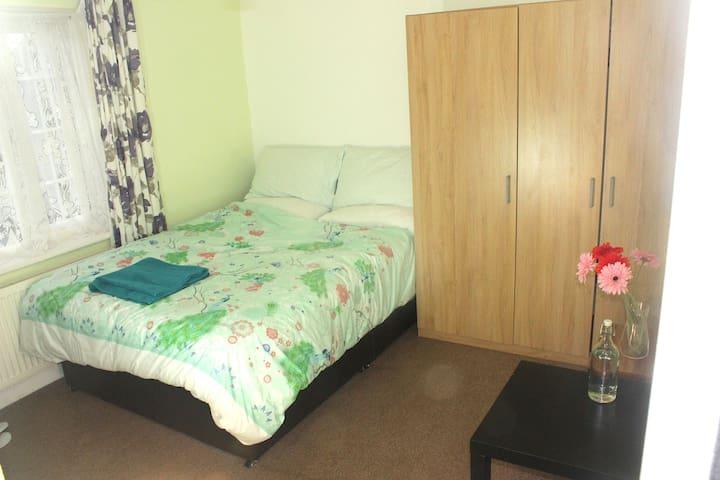 Sherpa Stay Heathrow:Ensuite Bedroom+kitchenette 2