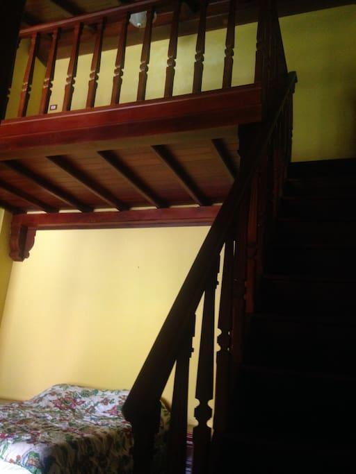 Mesanini en el cuarto una cama arriba para una persona más