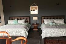 Recamara III con 2 camas King, sofà cama, mesa de barajas, vestidor y baño completo