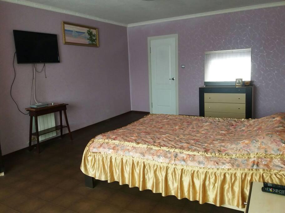 спальня на втором этаже с двумя кроватями