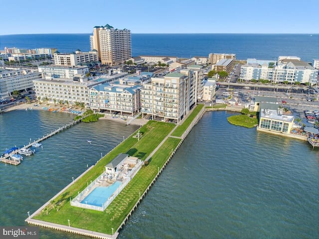Beach Paradise IV-Midtown Luxury BAY FRONT Condo