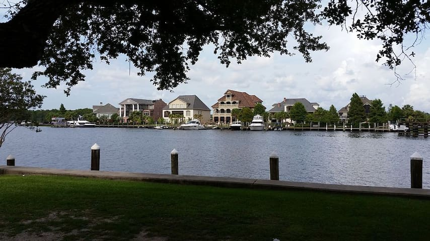 Beautiful riverfront view in charming Madisonville - Madisonville - House