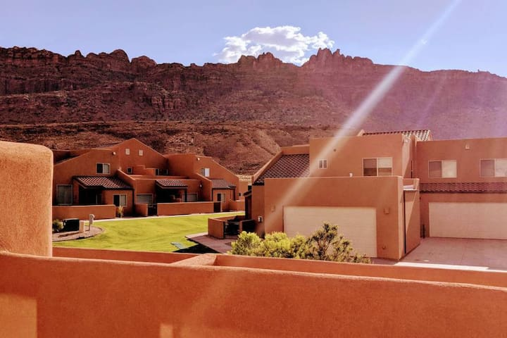Beautiful 3 Bedroom Townhome with Entertainment Lounge and Upstairs Balcony Looking Out to the Moab Rim - Cairn House ~ 4A7