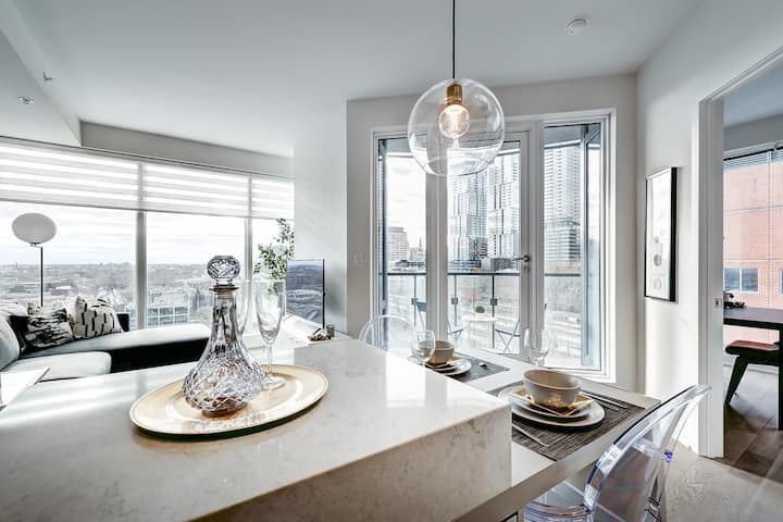 Spectacular Highend Corner Unit Middle of Downtown