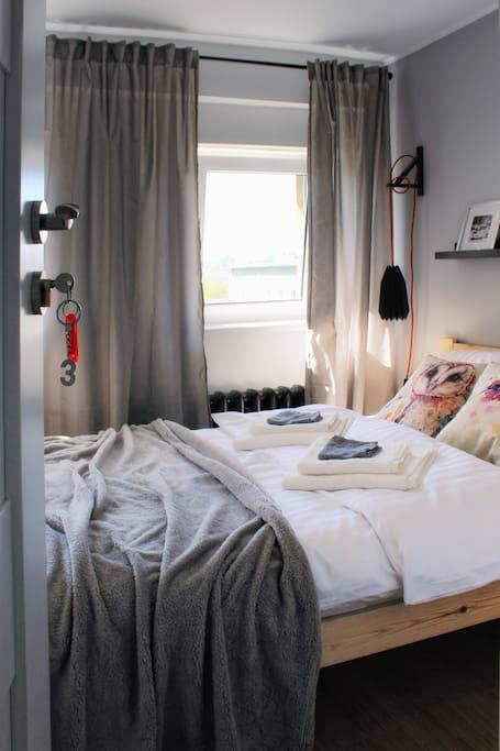 Pokój jest zamykany na klucz. Zapewniamy świeżą pościel i ręczniki dla każdego gościa.