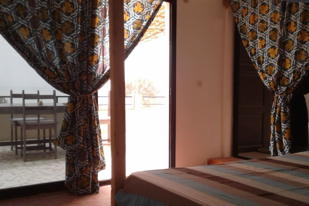 Chambre n°3, Grande baie vitrée avec vue sur mer, salle d'eau privée. Lit King Size avec moustiquaire, Rangements et ventilateur.