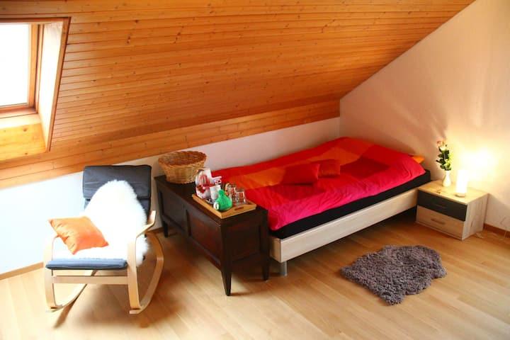 Gemütlicher & grosser Raum mit eigenem Bad