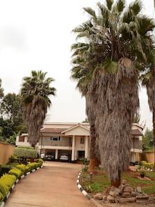 Camellia Guest House, Runda Estate - Makini - Nairobi - Bed & Breakfast
