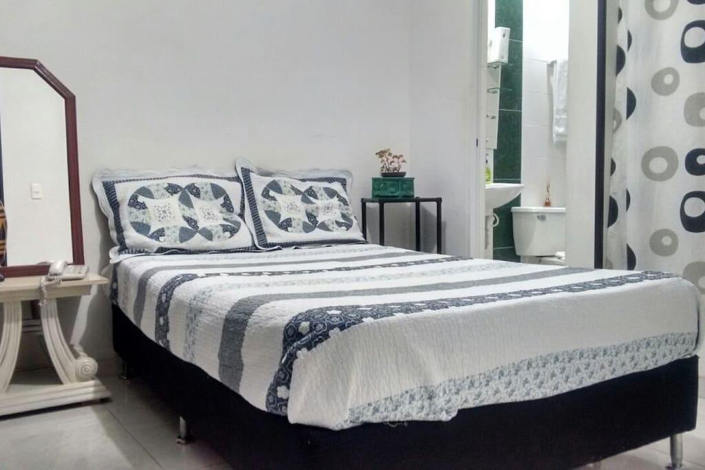 Habitación cama doble baño privado