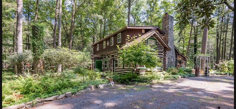 Rustic Rest Cabin creekside with hot tub