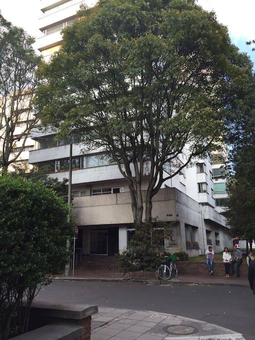 Edificio seguro, excelente ubicación y parqueadero