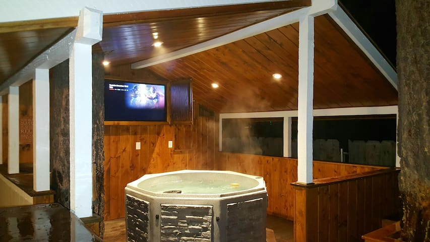 Walk to Snow Summit,New Hot Tub & AC! Dogs Welcome - Big Bear Lake - Rumah
