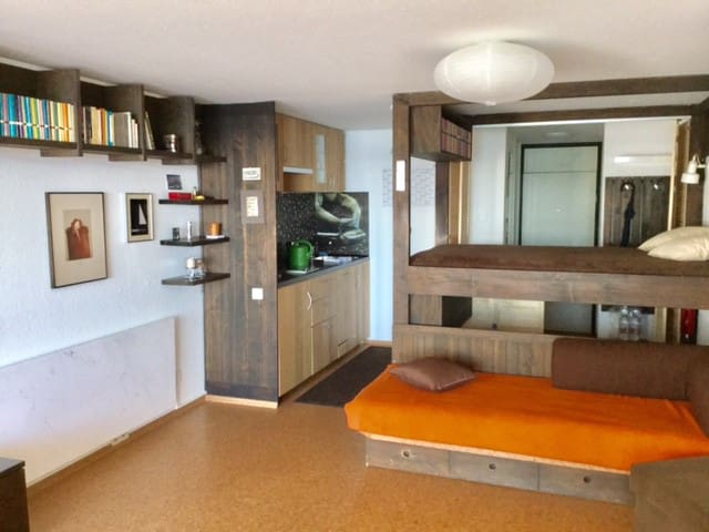 Hier sieht man die kleine Küche