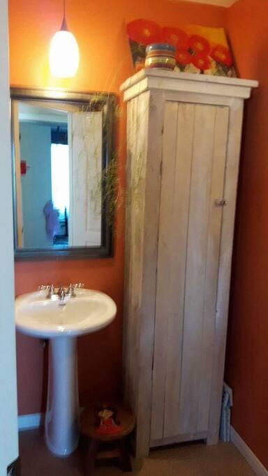 La salle de bain  à l'étage.
