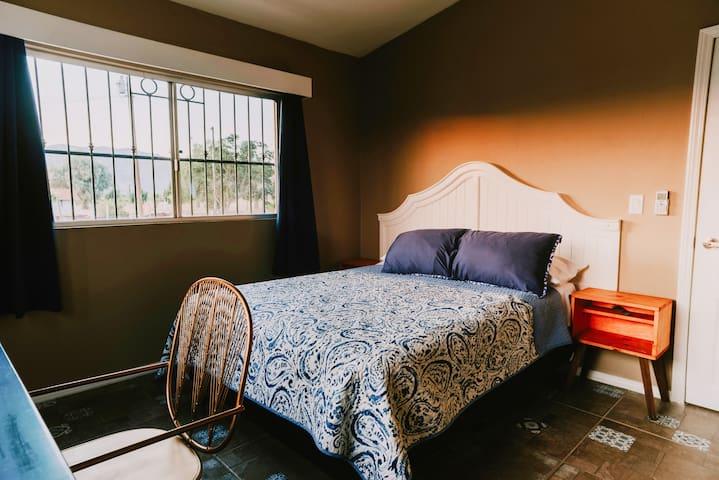 Habitación cama queen.