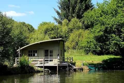 Chalet au bord d'un étang dans nature préservée