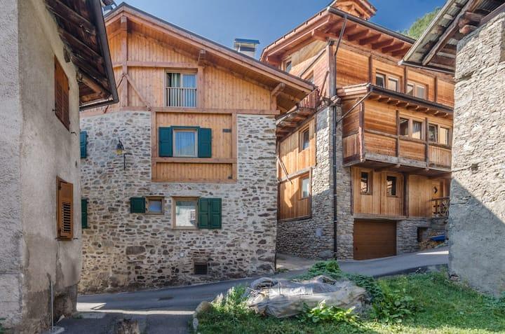 """Urige Ferienwohnung """"Appartamento Peio"""" mit Bergblick, Kamin und TV; Parkplätze verfügbar, Haustiere erlaubt"""