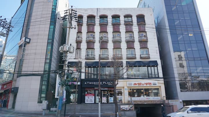 Women's-only Alice House, Sinchon Train Station