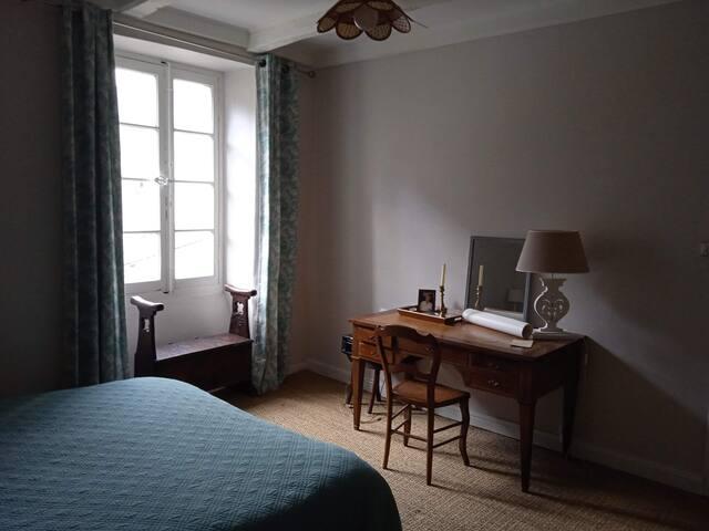 Chambre 1 (vue jardin) : 2 lits jumeaux de 80