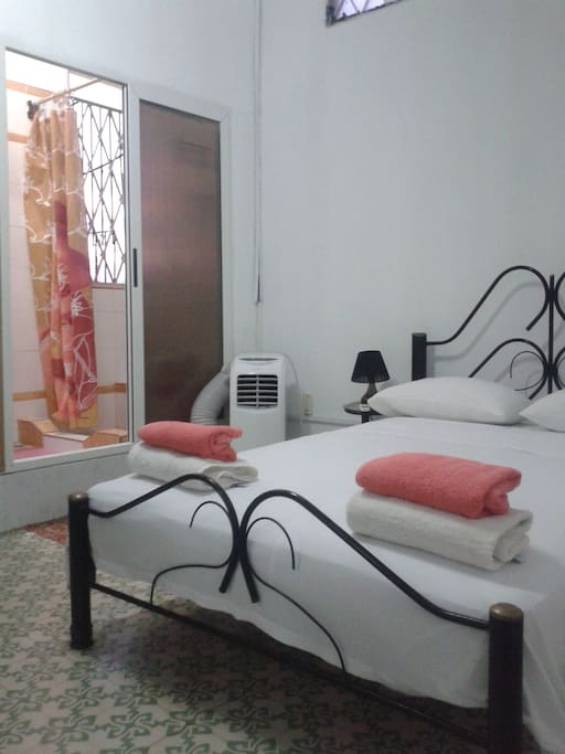 Room with bathroom ensuite. Very quiet Room, the bathroom is inside of it. Twin beds.