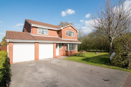Spacious beautiful comfortable home with gardens - Warrington