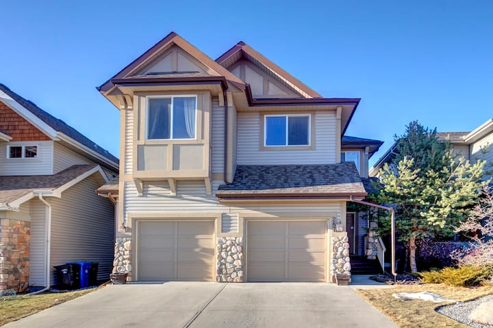 """GREAT ACCESS"" - Beautiful Home In Springbank Hill"