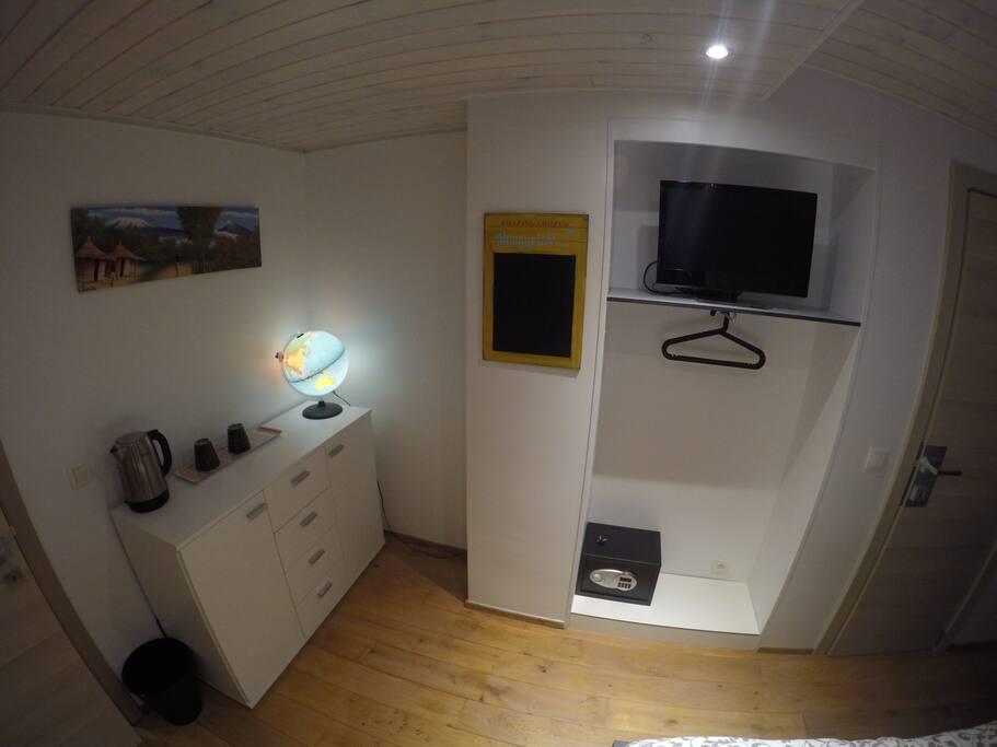 Bouilloire électrique, télévision, coffre-fort