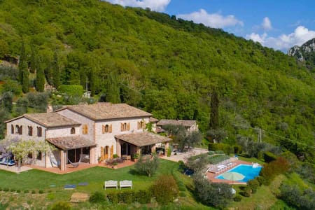 Farmhouse in Umbria with private pool