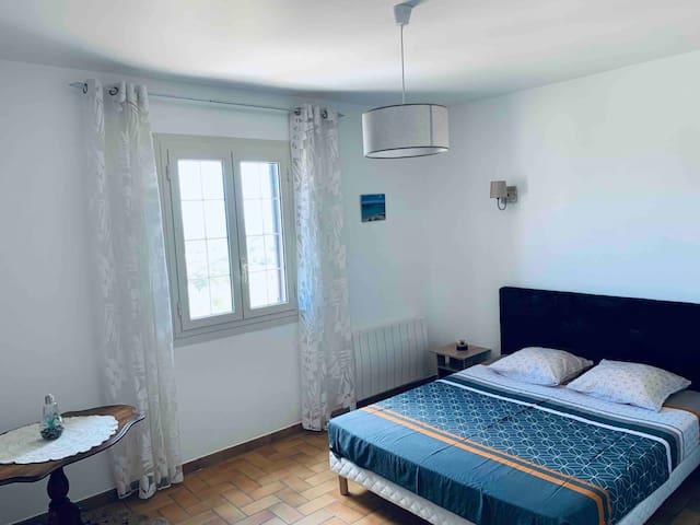 Grande chambre avec literie neuve , lit en 160