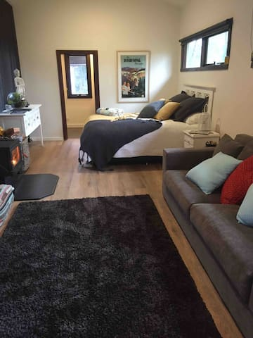 Cosy studio with queen size bed, luxury linen and wood fire.