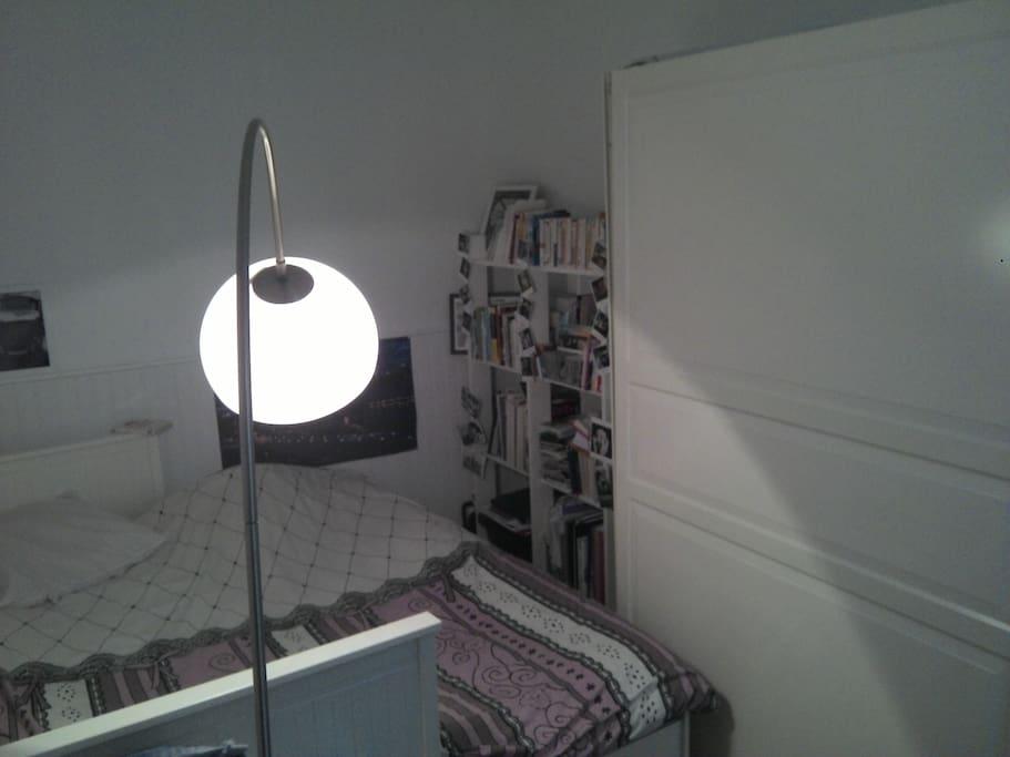 grand lit double en chambre séparée