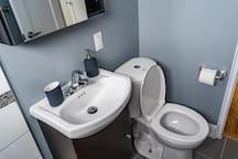 Super clean well designe 1bdrm ,free parking&wifi