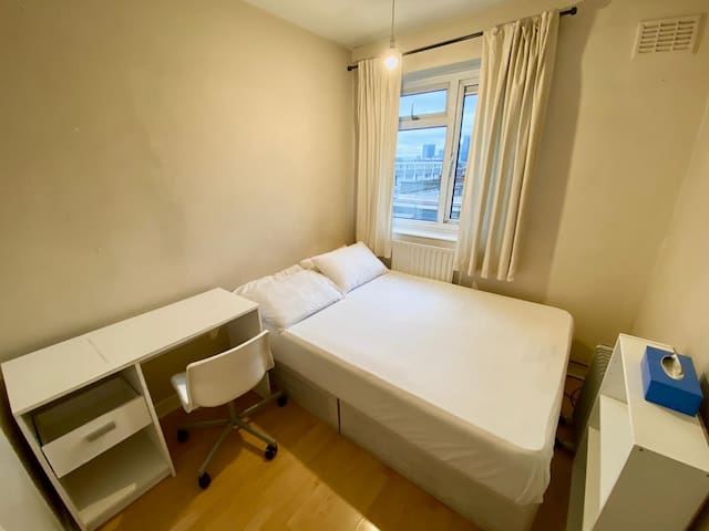 Cosy Double Room with view of Cannary Wharf