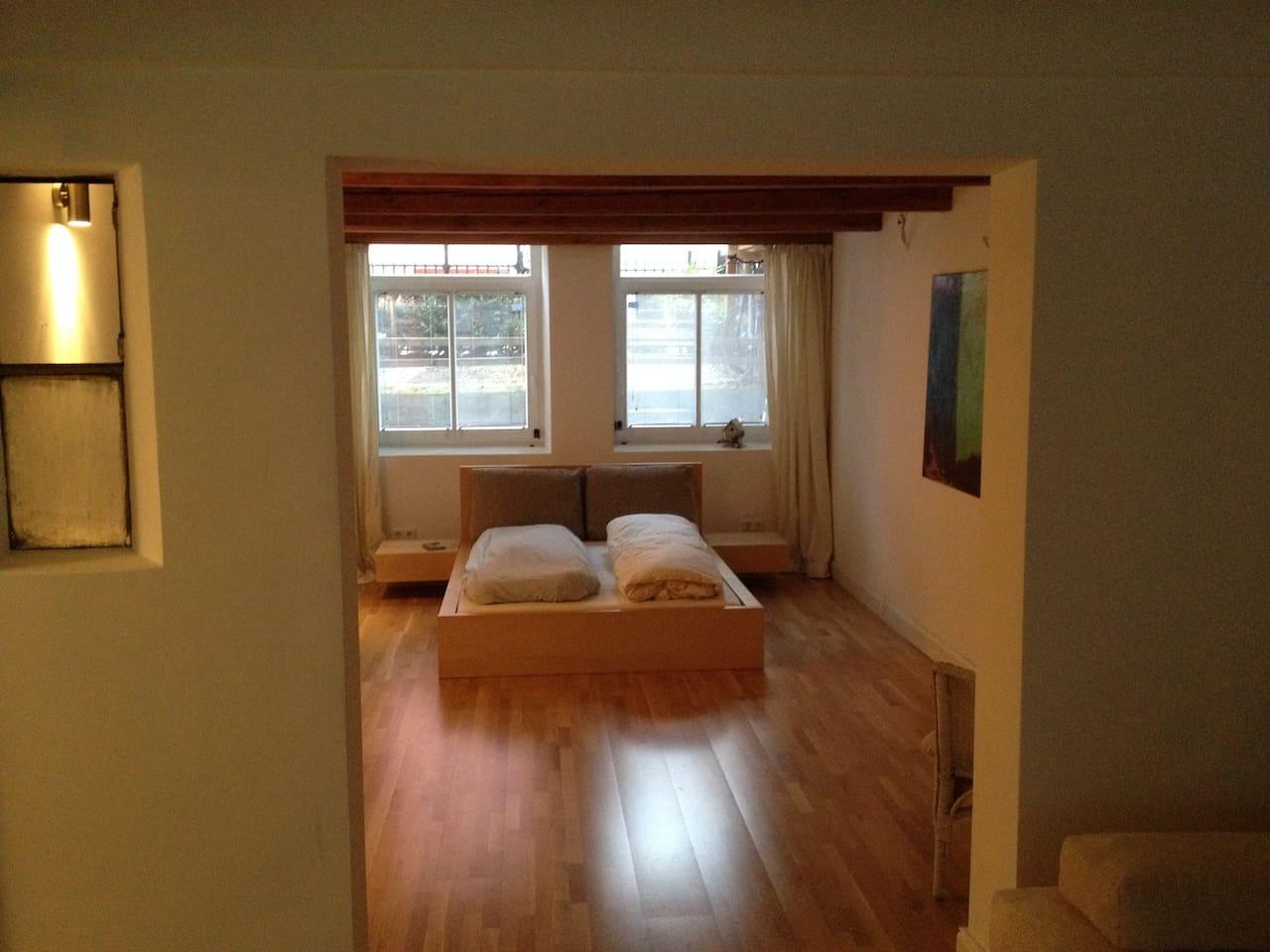 Schlafzimmer mit schönem Doppelbett (1,40 x 2,00 m)