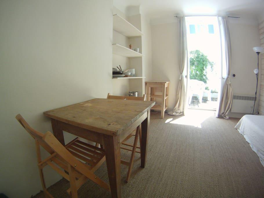 Salon ouvert sur petit cour plein sud Livingroom