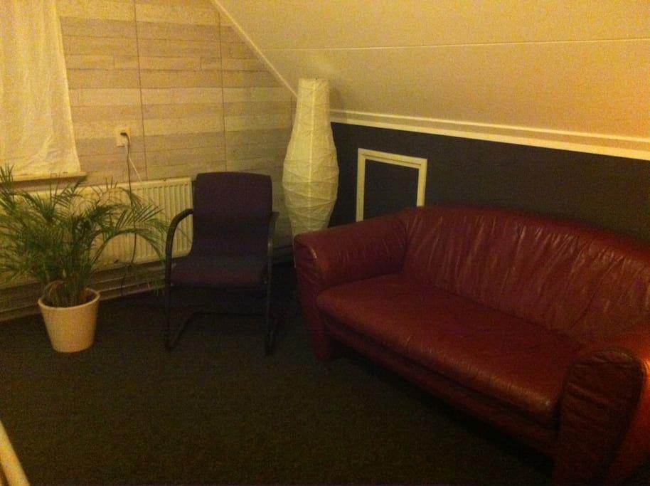 Er is een heerlijk bankje en 2 goede stoelen en een tafeltje om te werken e.d.