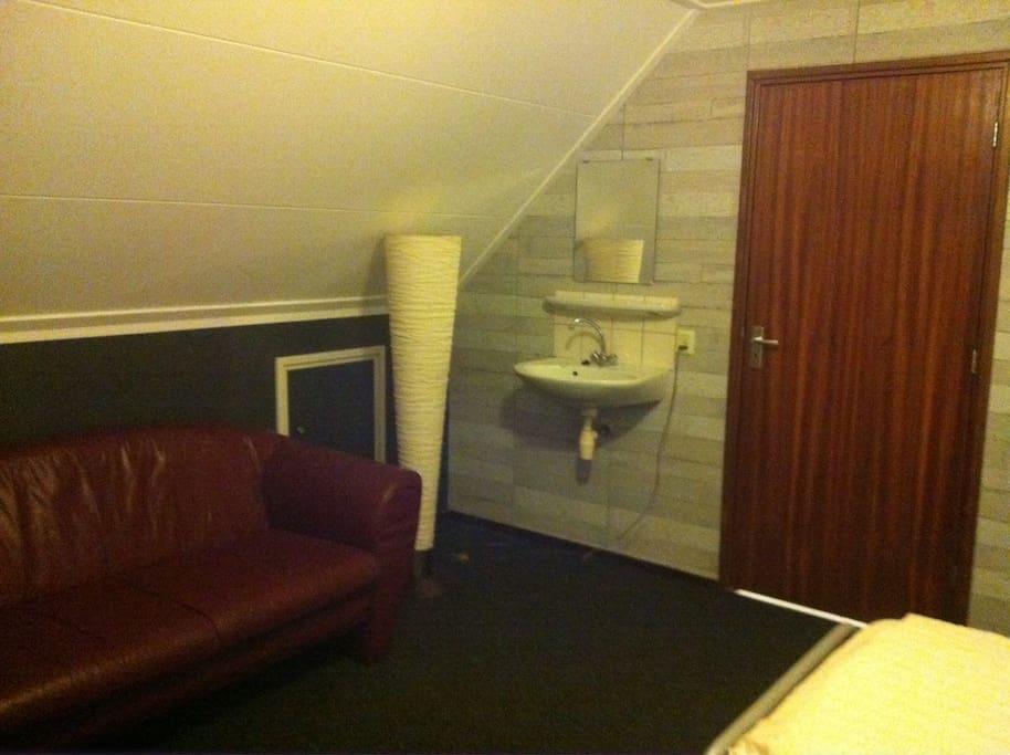 Op de kamer is een wasbakje. Badkamer is beneden.