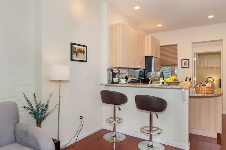 BREAKFAST BAR WITH COMFORTABLE SEATING