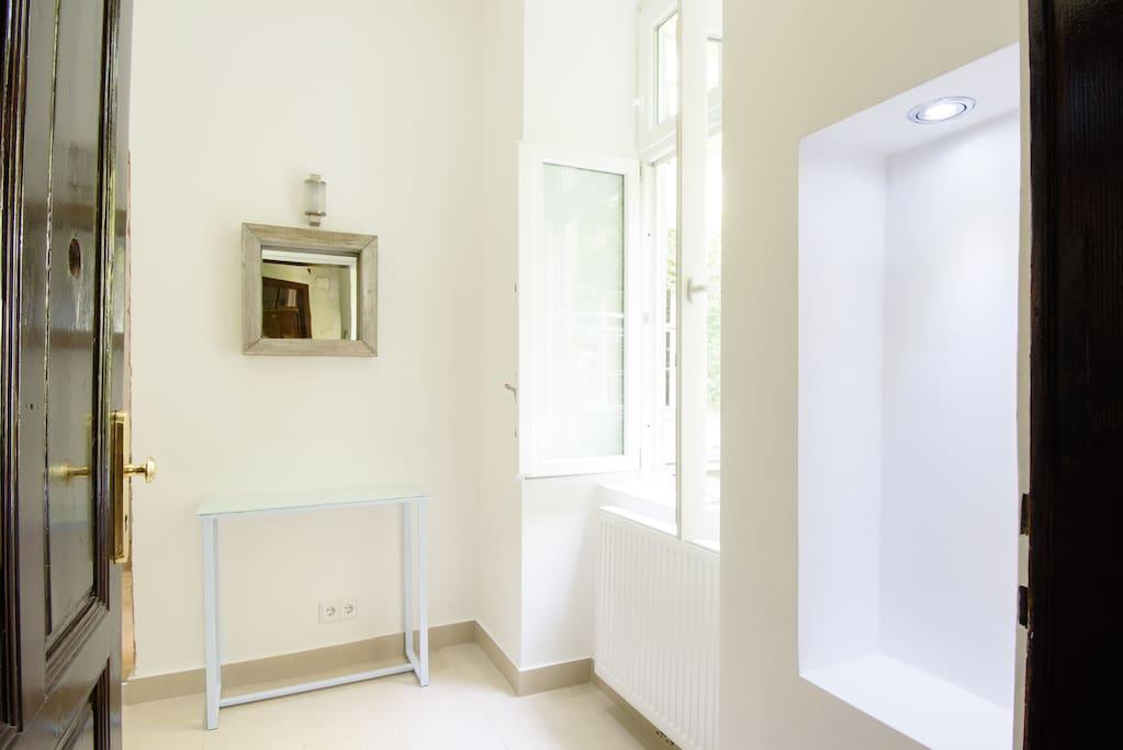 Der geräumige und helle Eingangsbereich der Wohnung heißt Gäste sofort willkommen. Eine Lampe mit Annäherungssensoren vor der Tür erleichtern die Ankunft mit schwerem Gepäck.