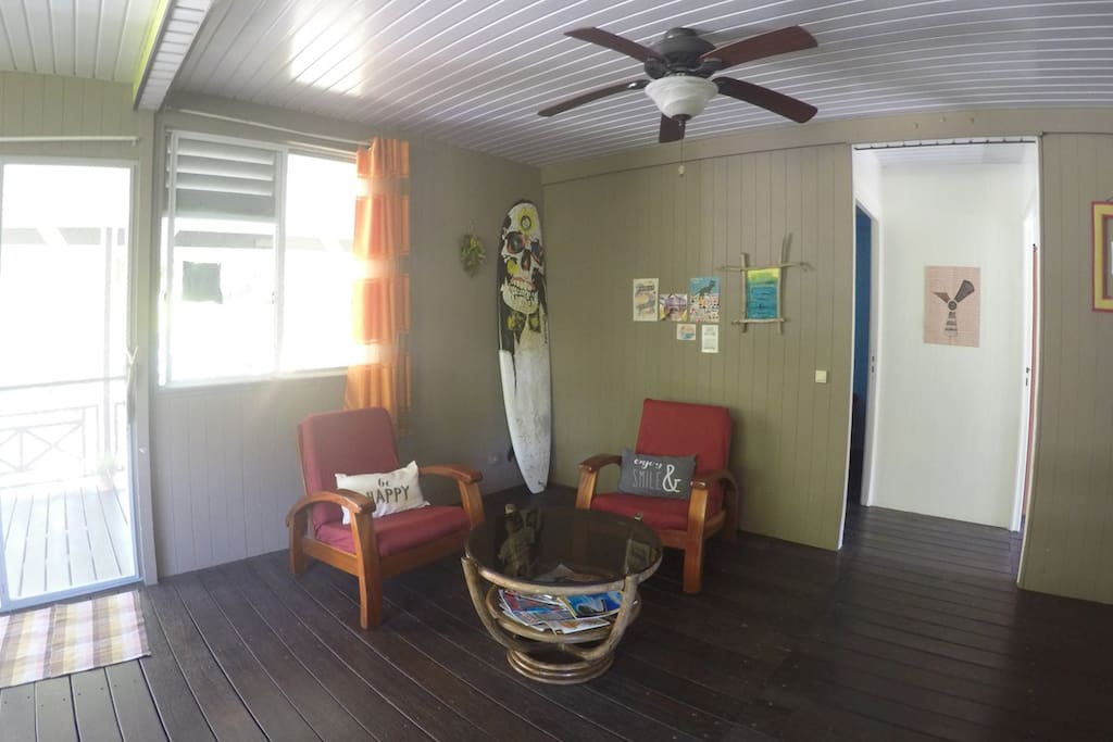 The shared living room / Le salon partagé