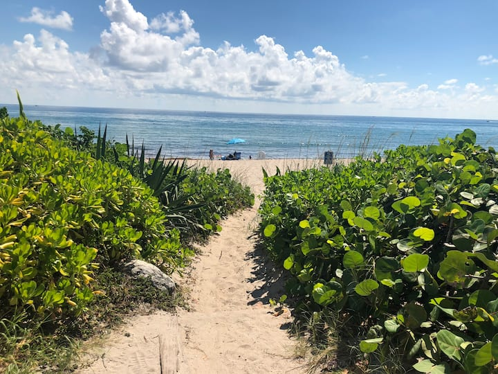 Ocean Ridge Cottage by the sea! Steps to beach!