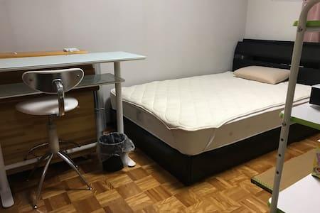 6畳洋間一室、ダブルベッド、ロッカー、デスクカウンター、Wi-Fi他 - 北九州市 - Hus