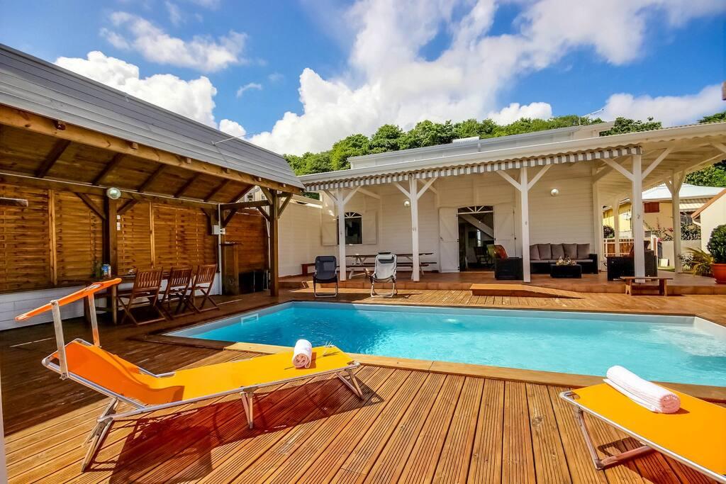 Piscine privée avec bains de soleil pour bronzer, villa Beau Rivage, Martinique