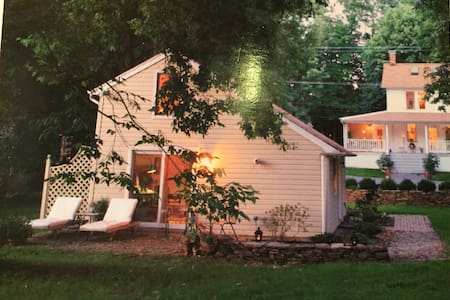 Charming 1850 cottage near town - New Hope